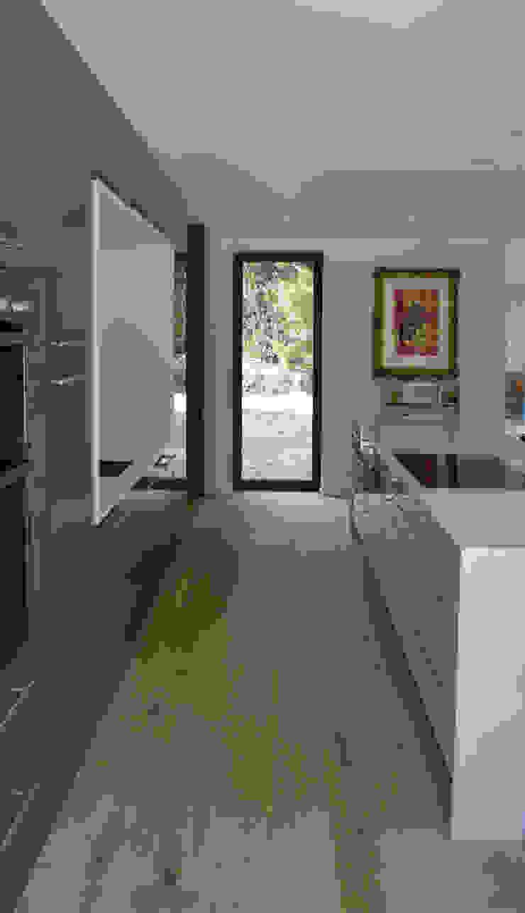 Side view of kitchen with Bespoke Kitchen Island Modern kitchen by ArchitectureLIVE Modern