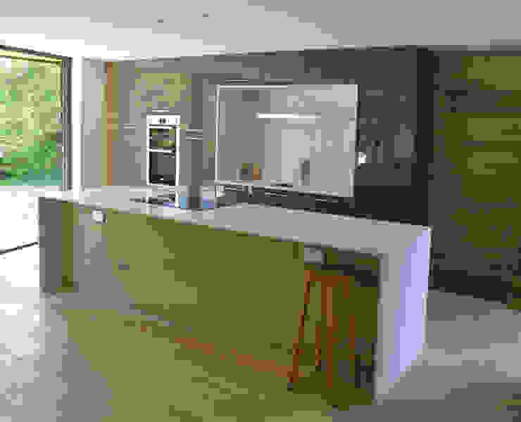Open Plan Kitchen featuring a Bespoke Kitchen Island Modern Mutfak ArchitectureLIVE Modern