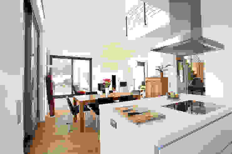 Innenraum Küche mit Essplatz Moderne Esszimmer von BITSCH + BIENSTEIN Architekten PartGmbB Modern