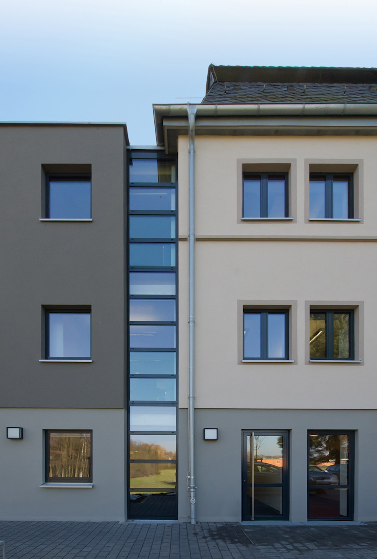 Trennende Glasfuge Moderne Bürogebäude von BITSCH + BIENSTEIN Architekten PartGmbB Modern