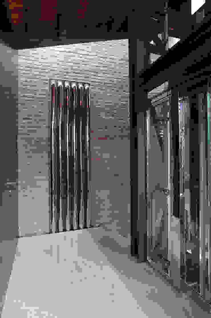 Pianerottolo del secondo piano ala nuova. Cumo Mori Roversi Architetti Ingresso, Corridoio & Scale in stile moderno