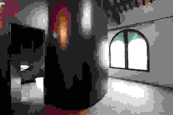 La ex cella campanaria del campanile. Vista del blocco bagno e guardaroba. Cumo Mori Roversi Architetti Camera da letto moderna