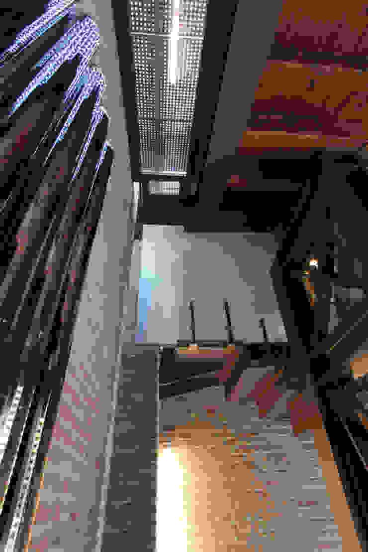Dettaglio ala nuova. Cumo Mori Roversi Architetti Ingresso, Corridoio & Scale in stile moderno