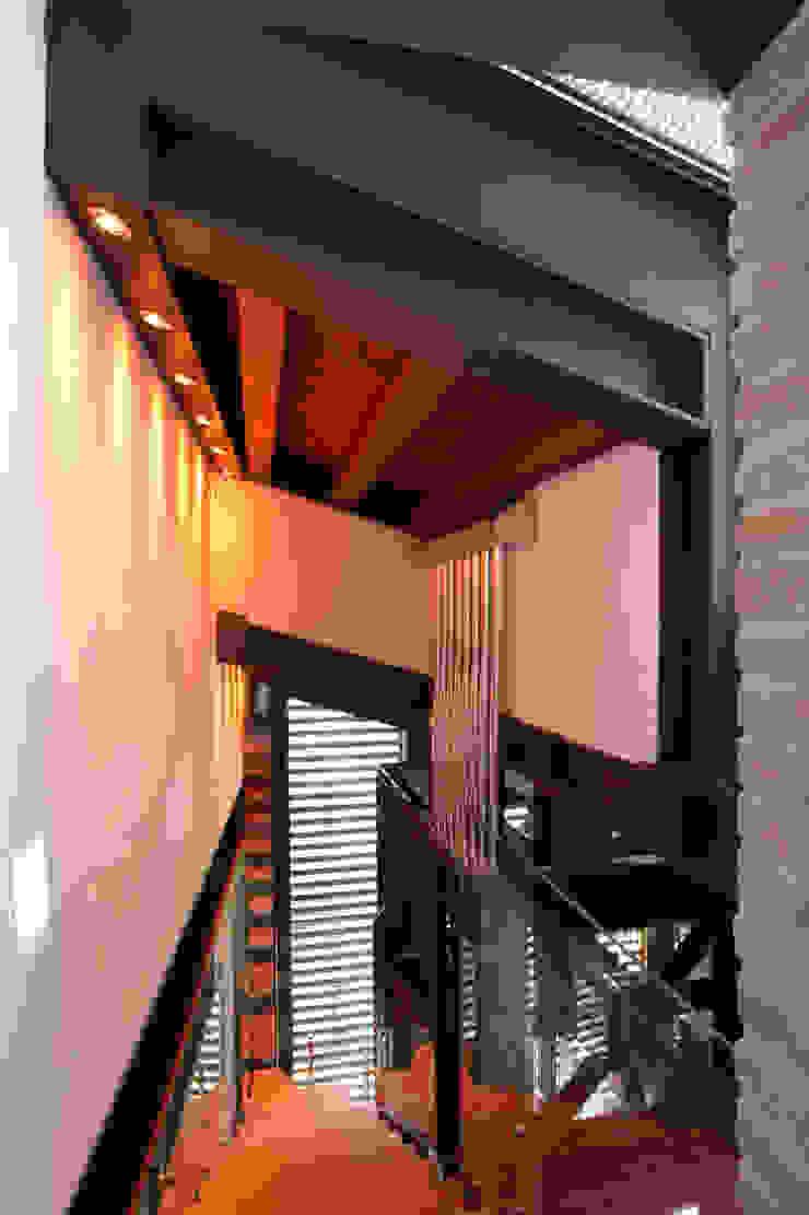 Collegamento tra cella campanaria ed ala nuova. Cumo Mori Roversi Architetti Ingresso, Corridoio & Scale in stile moderno
