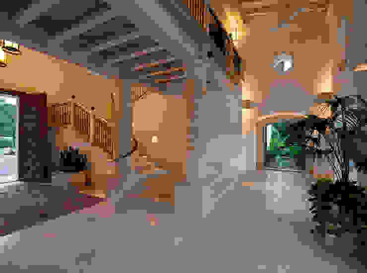 Rustykalny korytarz, przedpokój i schody od Artigas Arquitectos Rustykalny