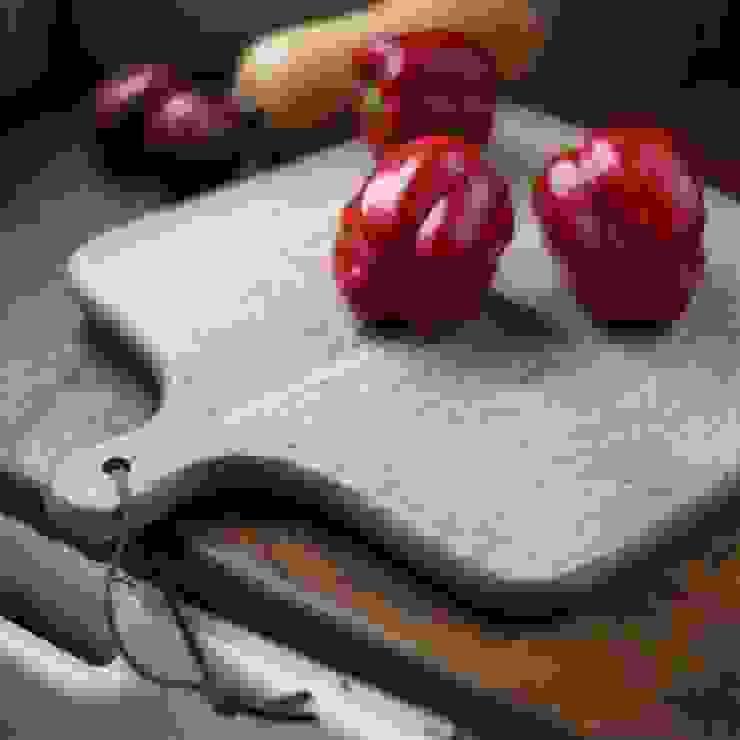Chunni square chopping board: rustic  by Decorum, Rustic