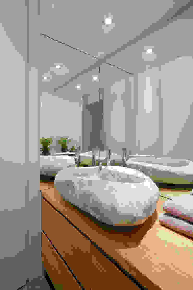 Ristrutturazione appartamento per un fotografo di Studio RBA Moderno
