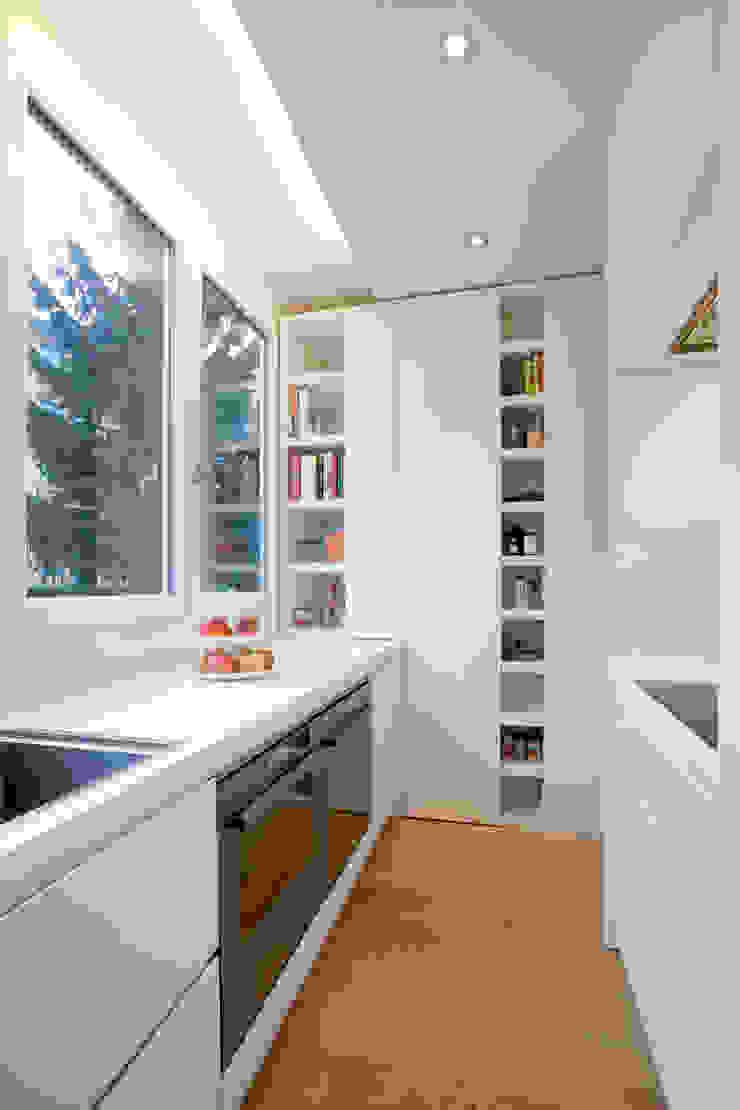 Ristrutturazione appartamento per un fotografo Cucina moderna di Studio RBA Moderno