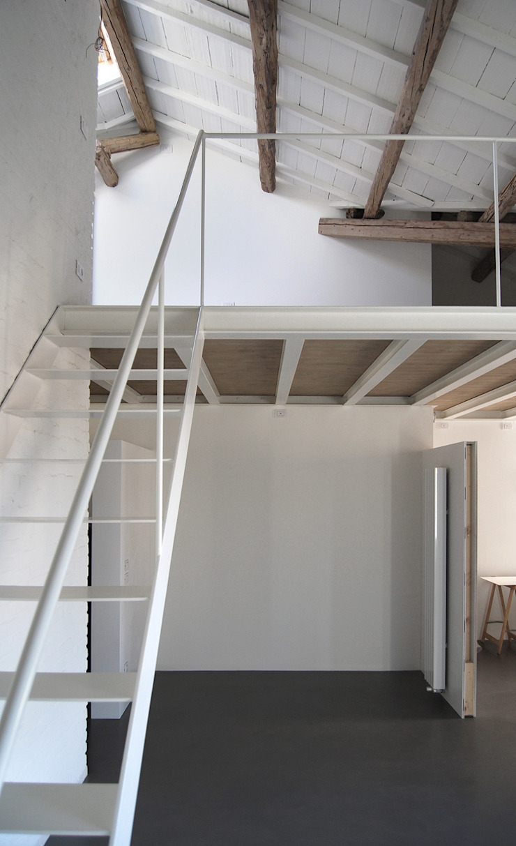 Corridor, hallway & stairs design ideas by Bertolone+Plazzogna Architetti
