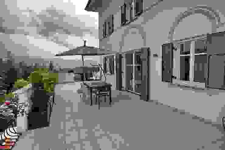 il terrazzo al primo piano Balcone, Veranda & Terrazza in stile moderno di luca pedrotti architetto Moderno