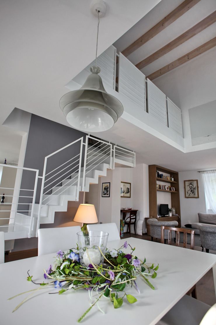 il tavolo da pranzo Sala da pranzo moderna di luca pedrotti architetto Moderno