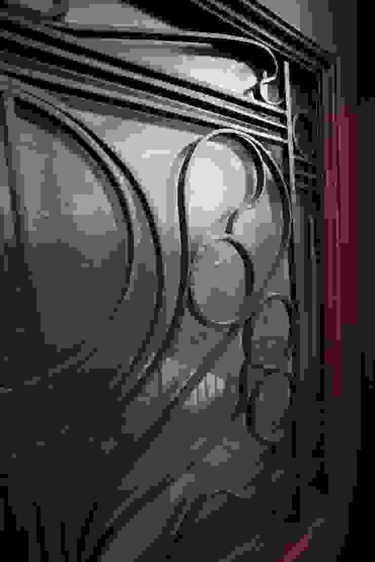 il portone d'ingresso con i fregi metallici restaurati di luca pedrotti architetto Moderno