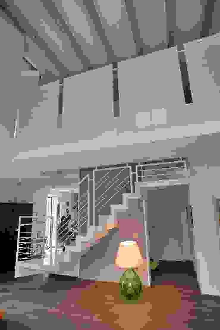 la scala e la passerella Ingresso, Corridoio & Scale in stile moderno di luca pedrotti architetto Moderno