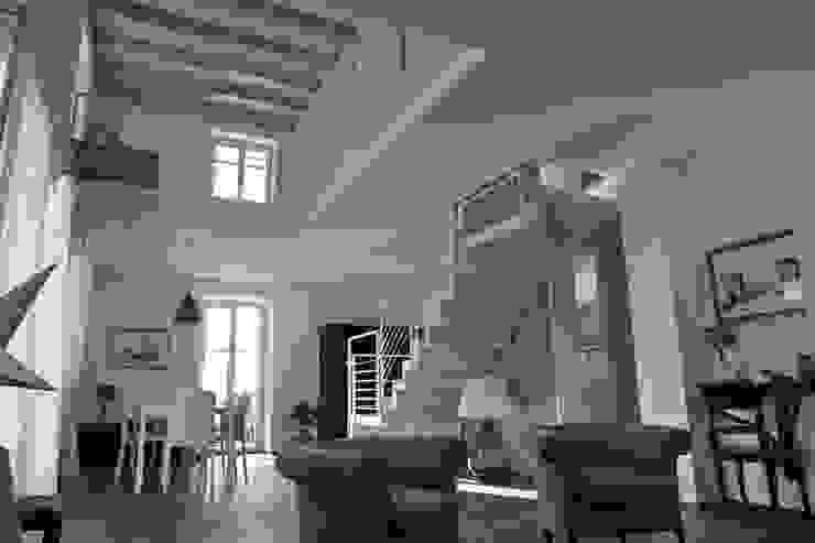 la zona giorno, il duplex e la scala Soggiorno moderno di luca pedrotti architetto Moderno