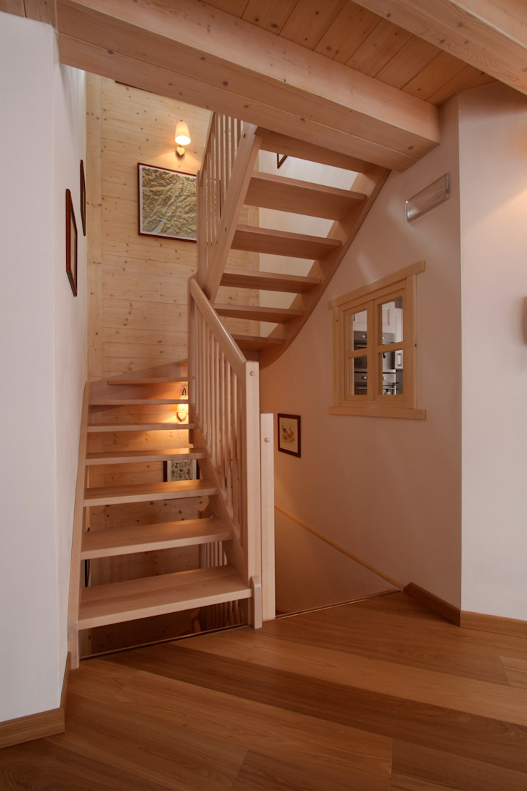Rustic style corridor, hallway & stairs by Cubisoft Rustic