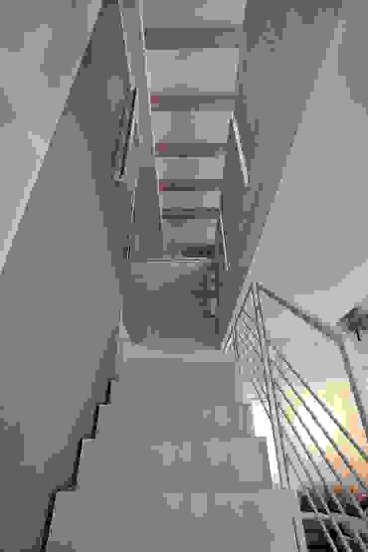 la scala da sotto Ingresso, Corridoio & Scale in stile moderno di luca pedrotti architetto Moderno