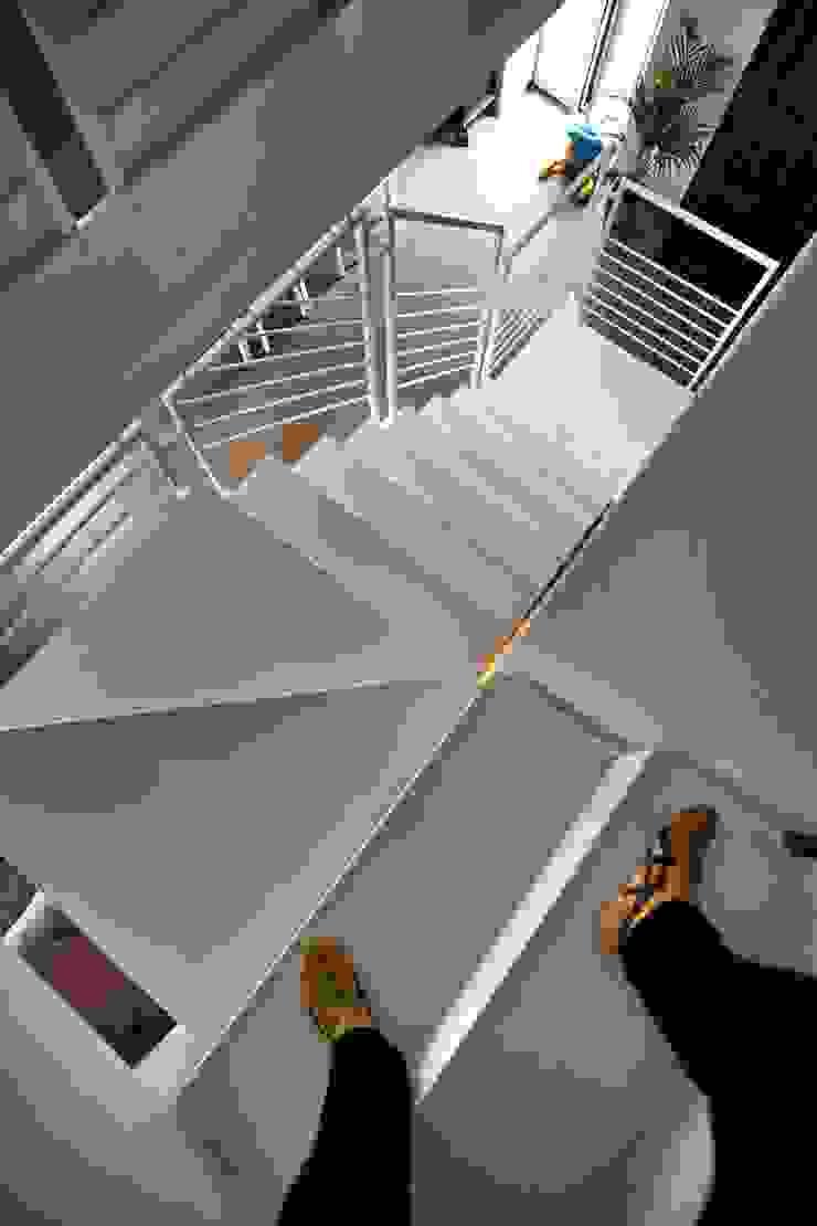 la scala Ingresso, Corridoio & Scale in stile moderno di luca pedrotti architetto Moderno