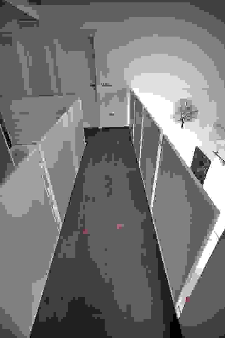 la passerella Soggiorno moderno di luca pedrotti architetto Moderno