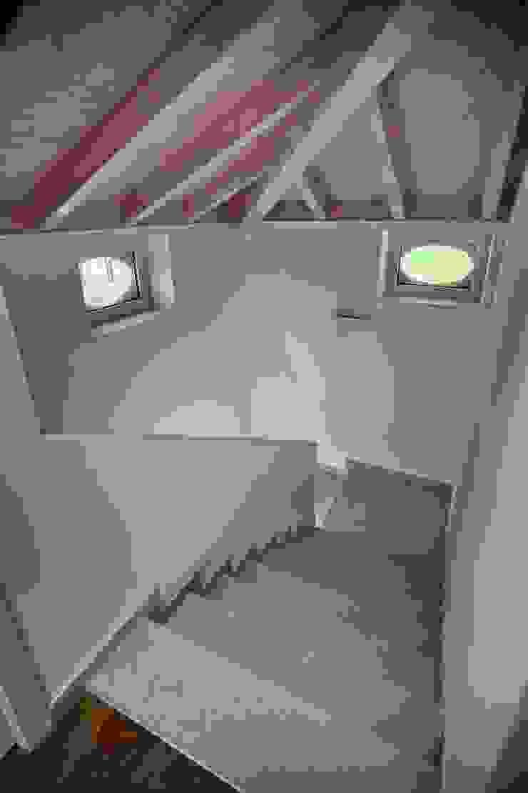 il giroscale in mansarda Ingresso, Corridoio & Scale in stile moderno di luca pedrotti architetto Moderno
