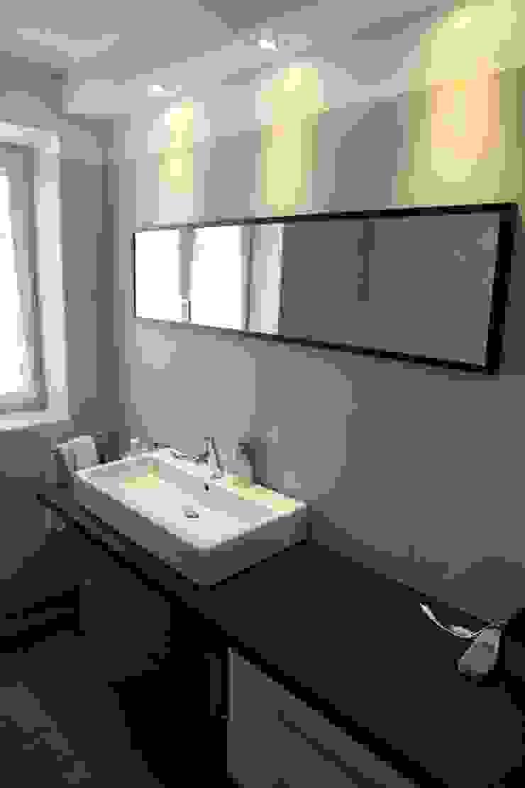 bagno padronale Bagno moderno di luca pedrotti architetto Moderno