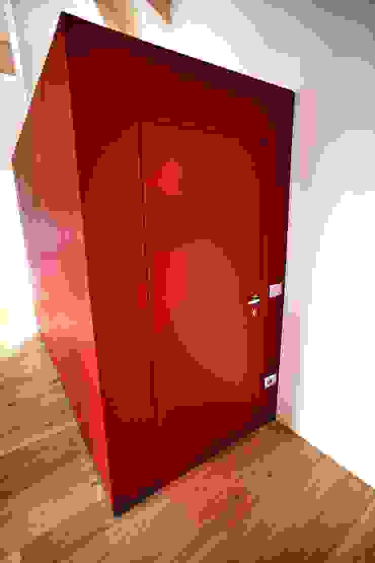 il cubo-disbrigo rosso di luca pedrotti architetto Moderno