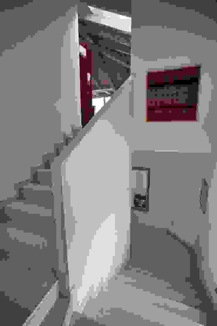 il giroscale in pietra della mansarda Ingresso, Corridoio & Scale in stile moderno di luca pedrotti architetto Moderno