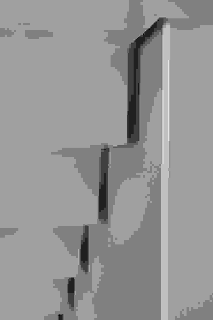 dettaglio della scala in acciaio Ingresso, Corridoio & Scale in stile moderno di luca pedrotti architetto Moderno