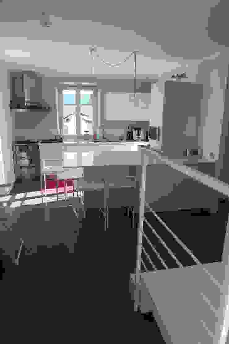 la cucina open con penisola Cucina moderna di luca pedrotti architetto Moderno