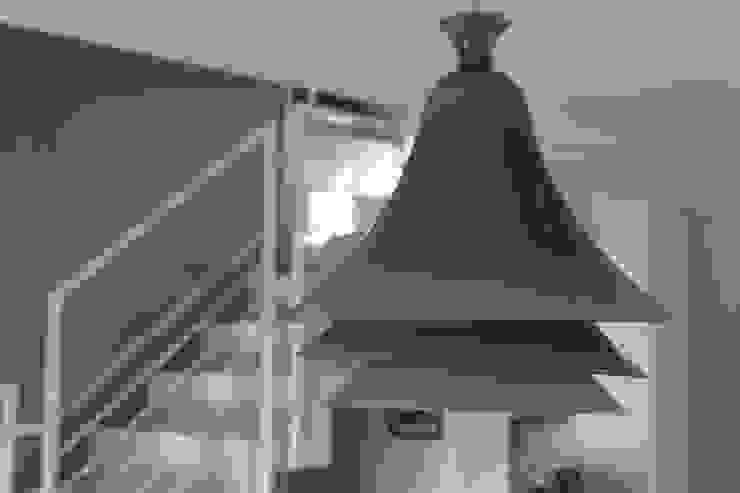 lampadario Rotaliana Sala da pranzo moderna di luca pedrotti architetto Moderno