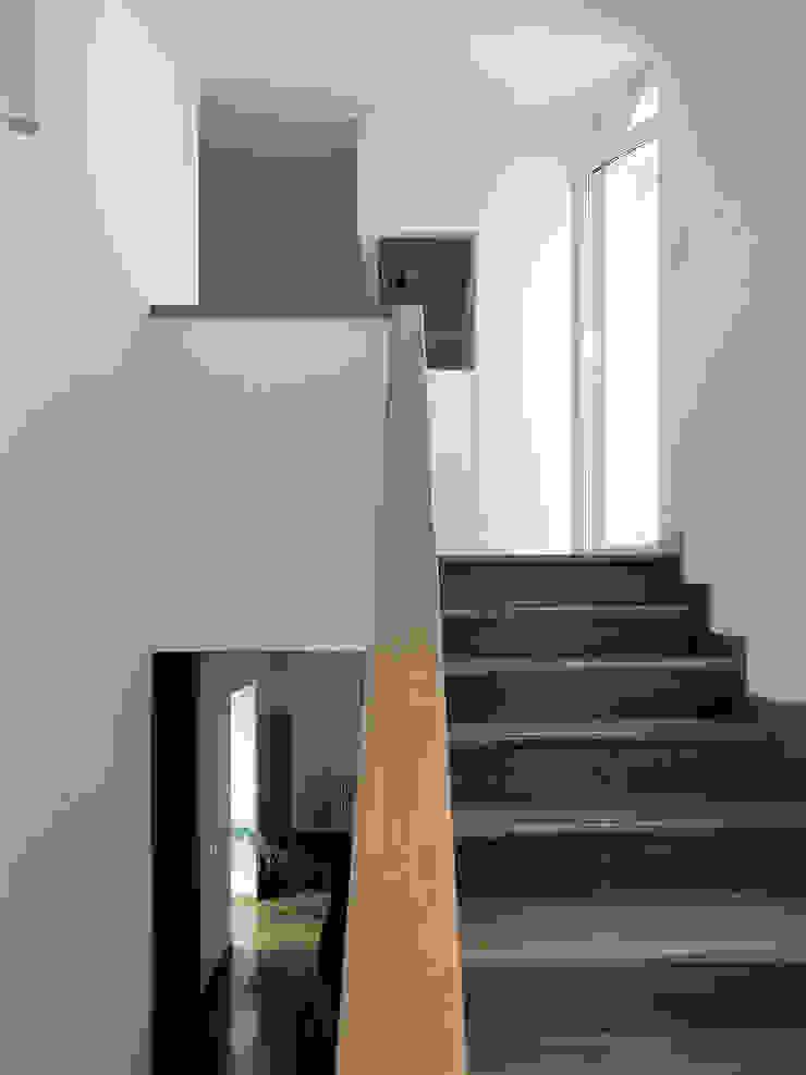 Pasillos, vestíbulos y escaleras de estilo moderno de Nuovostudio Architettura e Territorio Moderno