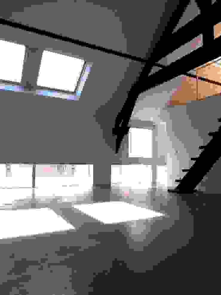 现代客厅設計點子、靈感 & 圖片 根據 Allegre + Bonandrini architectes DPLG 現代風