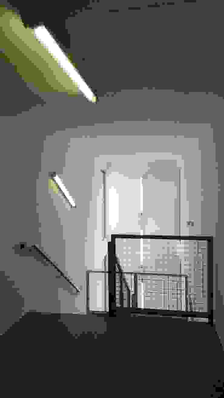 Pasillos, vestíbulos y escaleras de estilo moderno de Allegre + Bonandrini architectes DPLG Moderno