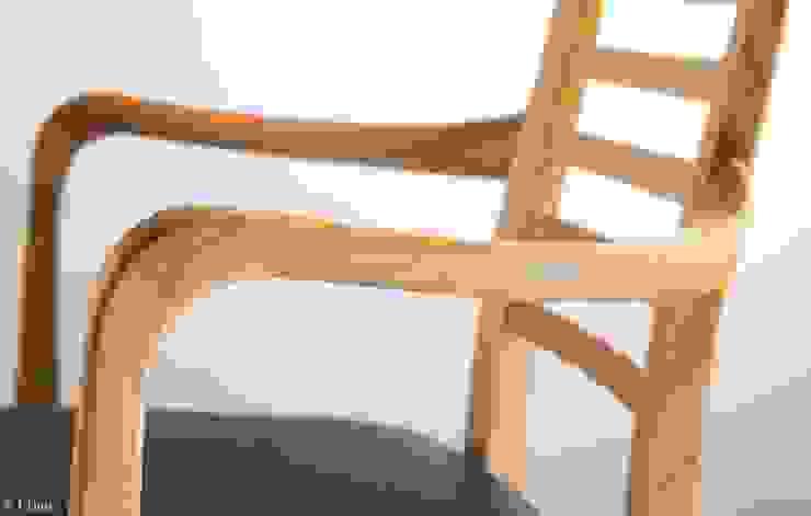Stuhl aus Massivholz mit geschwungenen Armlehnen: modern  von Lignum Möbelmanufaktur GmbH,Modern