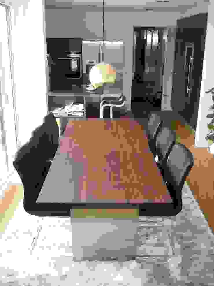 Massiver Nussbaum-Tisch: modern  von Lignum Möbelmanufaktur GmbH,Modern