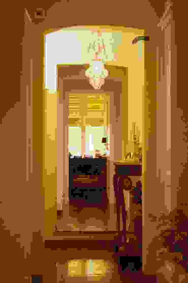 CASTELLETTO Ingresso, Corridoio & Scale in stile classico di Studio Messori Classico