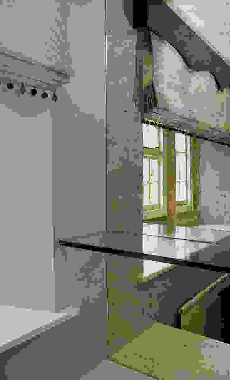 Bespoke Antique Mirror Shelving von Elizabeth Bee Interior Design Landhaus