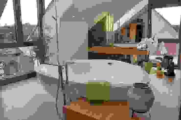 Baños de estilo moderno de RÄUME + BAUTEN Moderno