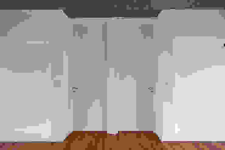 Puertas Dormitorios: Dormitorios de estilo  por moarqs