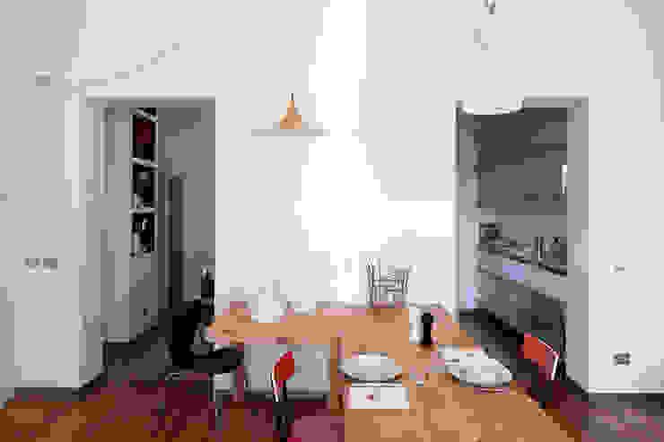 Renovation in Pigneto neighborhood in Rome. Sala da pranzo moderna di Studio Cassiani Moderno