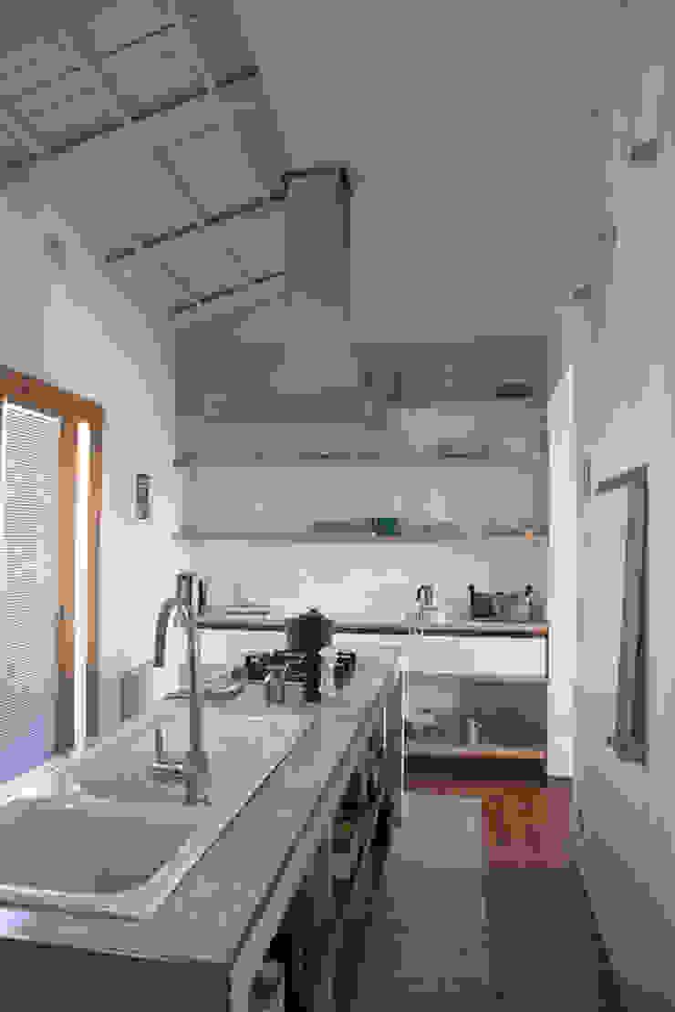 Renovation in Pigneto neighborhood in Rome. Cucina moderna di Studio Cassiani Moderno