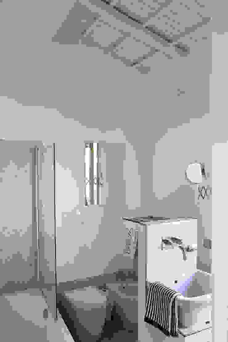 Renovation in Pigneto neighborhood in Rome. Bagno moderno di Studio Cassiani Moderno