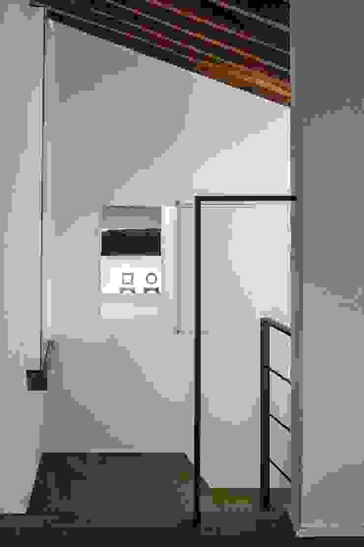A2 house Modern corridor, hallway & stairs by vps architetti Modern
