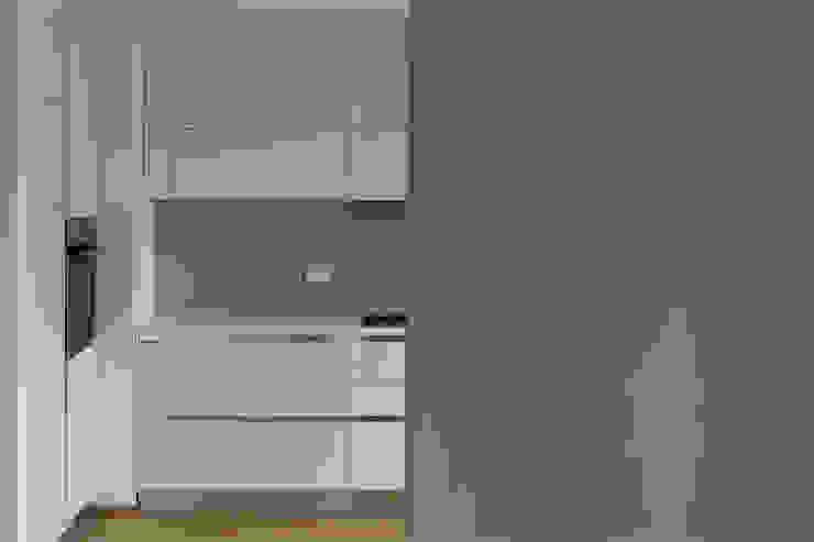 tra pranzo e cucina Cucina moderna di Gru architetti Moderno