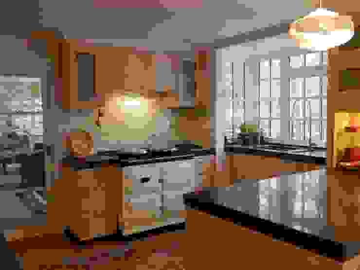kitchen TV area 現代廚房設計點子、靈感&圖片 根據 inclover 現代風