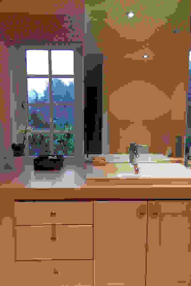 Grayshott House Modern bathroom by inclover Modern