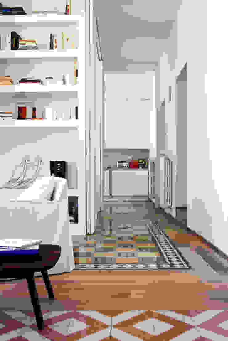 Renovation of an apartment placed in Parioli-Pinciano neighbourhood in Rome. Ingresso, Corridoio & Scale in stile moderno di Studio Cassiani Moderno
