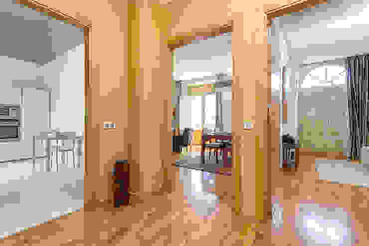 Modern Corridor, Hallway and Staircase by Espacios y Luz Fotografía Modern
