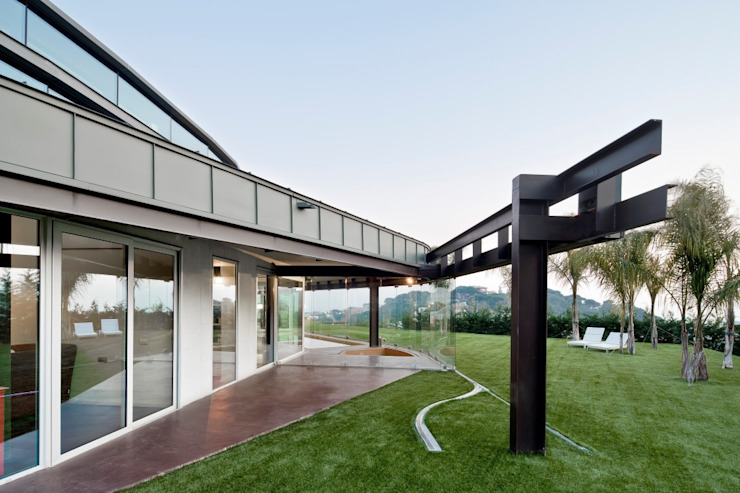 Topographic house in Llavaneres Modern Evler MIAS Architects Modern