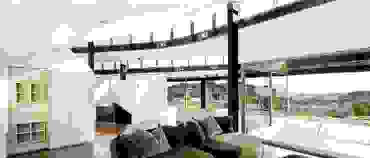Topographic house in Llavaneres Modern Oturma Odası MIAS Architects Modern