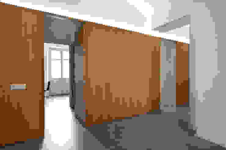 現代風玄關、走廊與階梯 根據 studioata 現代風
